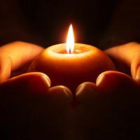 preghiera_candela sulle mani